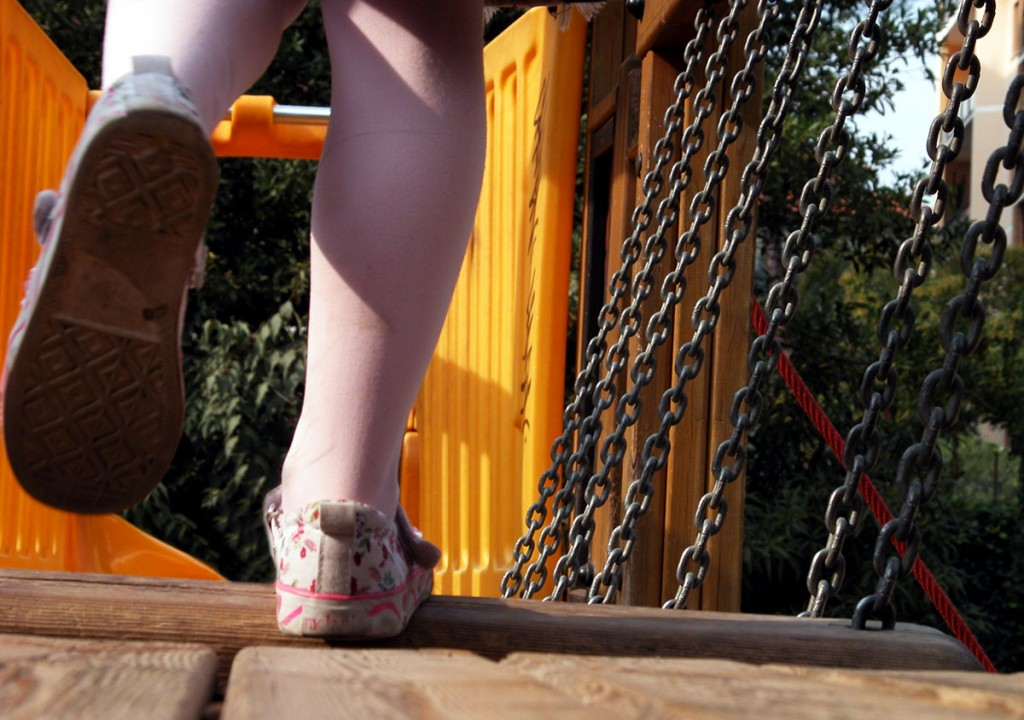 Enfant jouant sur une aire de jeux